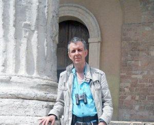Roland Halbert, auteur et poète devant le temple de Minerve à Assise.